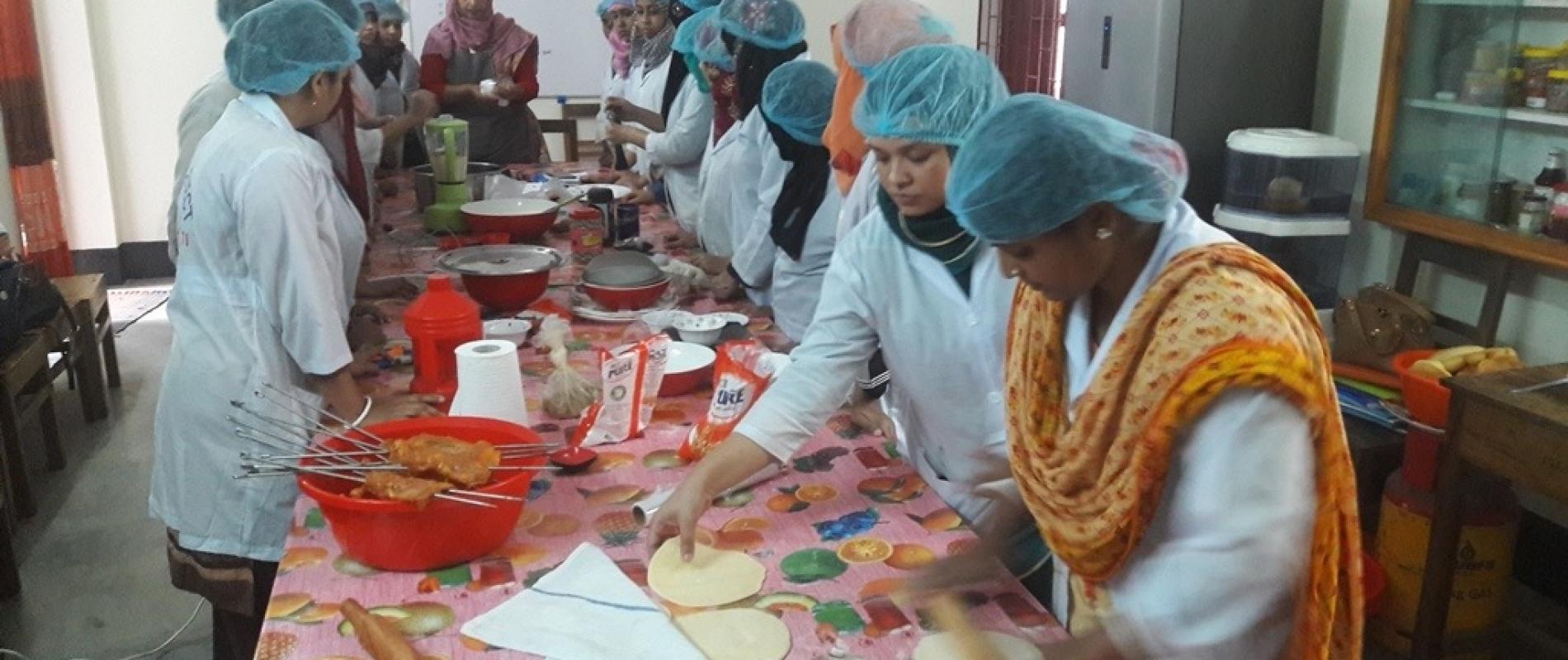 Bij de horeca-training leren cursisten in de keuken te werken.
