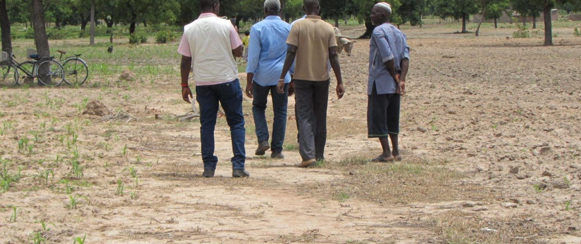 de boer verwelkomt de partners op zijn maisveld