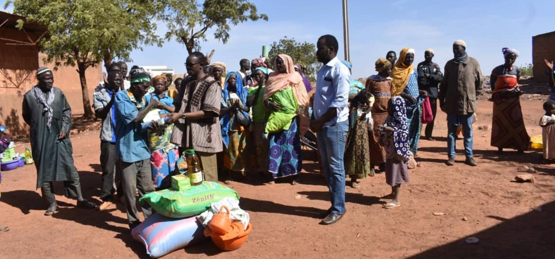 Vluchtelingen staan in de rij bij een distributiepunt van voedselpakketten.