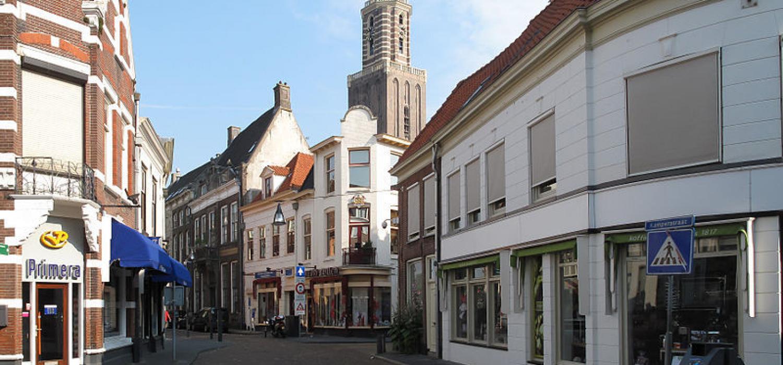 Zwolle, straatzicht2 met peperbus foto2 2010 07 03 08.42