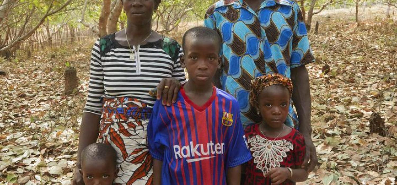 Sierra Leone Madigba Fatmata Conieh (25) Fatmata Kamu (7) Osman Kamu (11) Samtigie Kamu (4) community Cashew tuinen Foto Jaco Klamer 31-1-2020