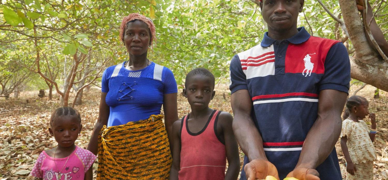 Sierra Leone Madigba Daida Kamu (28) Yeabu Koroma (Musa Kamu (5) Bai Kamu (7) Hania Kamu (6) community Cashew tuinen Foto Jaco Klamer 31-1-2020
