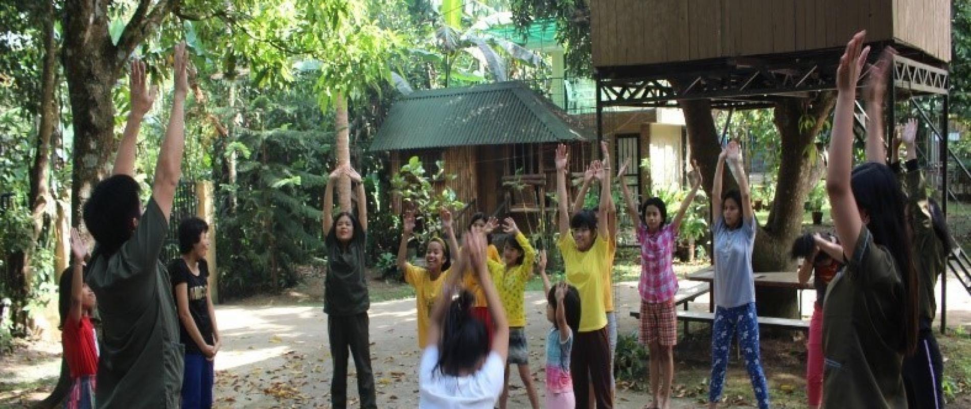 Op een spelende manier krijgen de kinderen psychotherapie om het seksueel misbruik te verwerken.